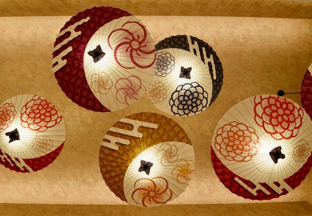 朝食会場の天井には、和傘を使った照明が取り付けられている