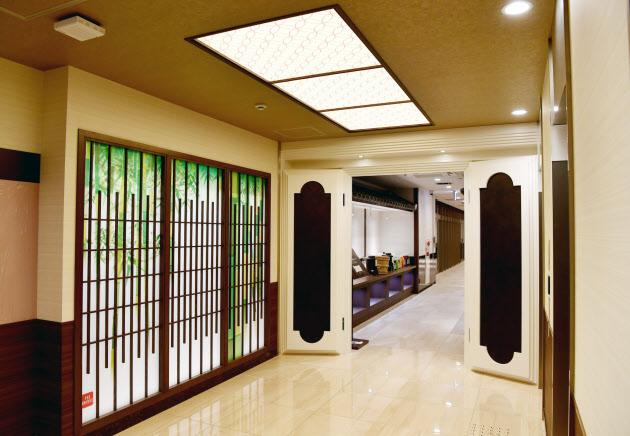 蔵をモチーフにした扉や和風の照明を設置した朝食会場の入り口